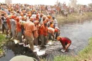 eco-baba-inde-riviere-kali-bein-pollution-04